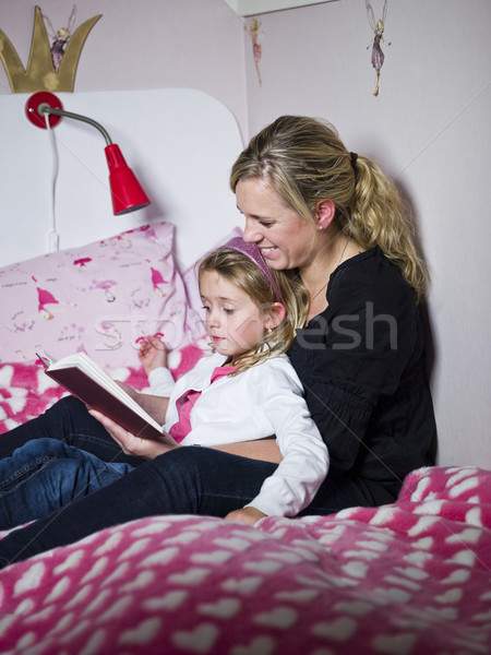 Anya lánygyermek ül ágy gyermek oktatás Stock fotó © gemenacom