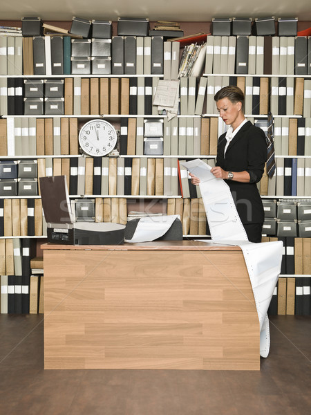 Lecture femme d'affaires télécopieur bureau papier travaux Photo stock © gemenacom