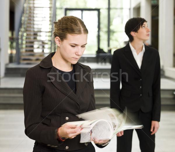 Vrouw lezing kantoorgebouw business vrouwen pen Stockfoto © gemenacom
