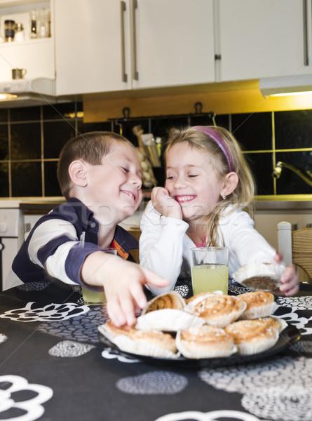 Testvérek eszik édesség konyha gyermek desszert Stock fotó © gemenacom