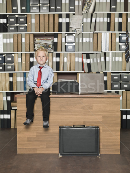 Jóvenes empresario sesión mesa oficina negocios Foto stock © gemenacom