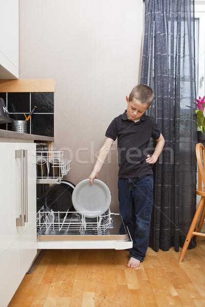 Bulaşık makinesi plaka çocuk erkek Stok fotoğraf © gemenacom