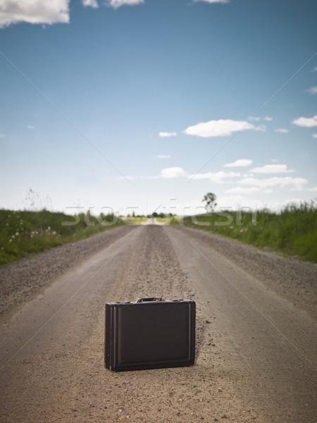 Eenzaam aktetas onverharde weg weg natuur zomer Stockfoto © gemenacom