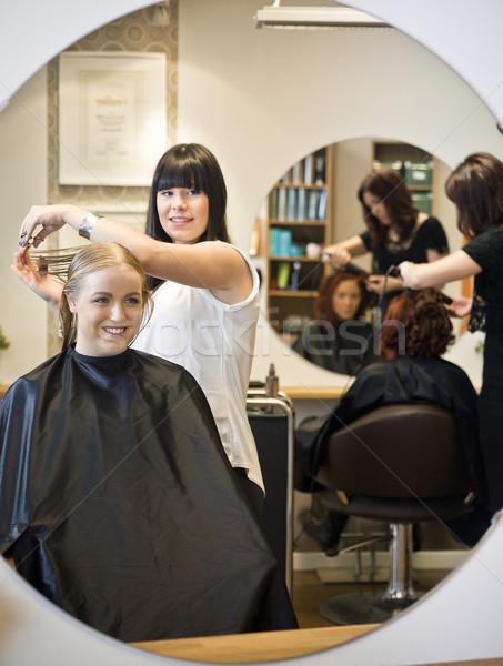 Foto stock: Salão · de · cabeleireiro · situação · sorrir · cadeira · espelho · adolescente