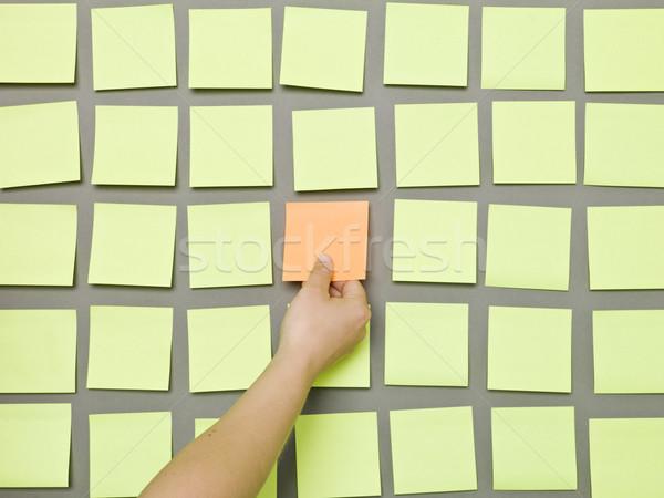 Hand zelfklevend merkt nota grijs Stockfoto © gemenacom