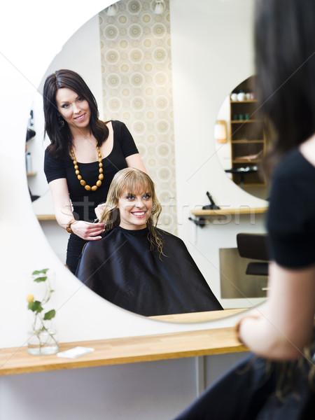 Kuaför sarışın kadın gülümseme sandalye Stok fotoğraf © gemenacom