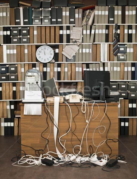 Stockfoto: Rommelig · kantoor · bureau · klok · tabel · kabel