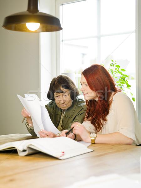Coup de main jeune femme aider grand-mère paperasserie femmes Photo stock © gemenacom