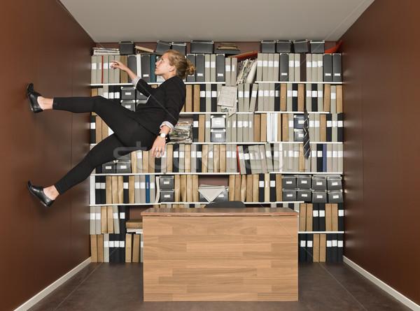 Lopen muur zakenvrouw kantoor business meisje Stockfoto © gemenacom
