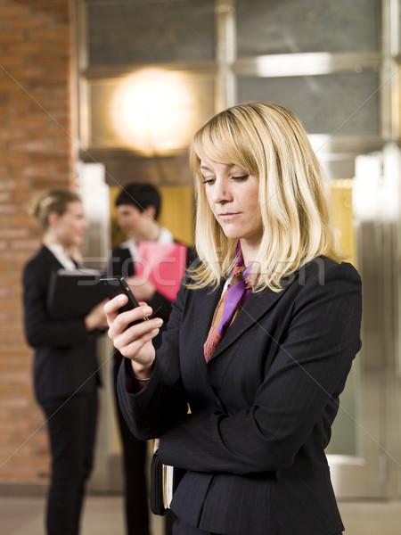 üzletasszony ír szöveges üzenet üzlet számítógép nők Stock fotó © gemenacom