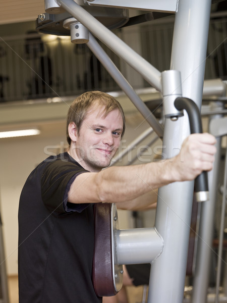 Jonge man oefening machine gezondheid club meisje Stockfoto © gemenacom