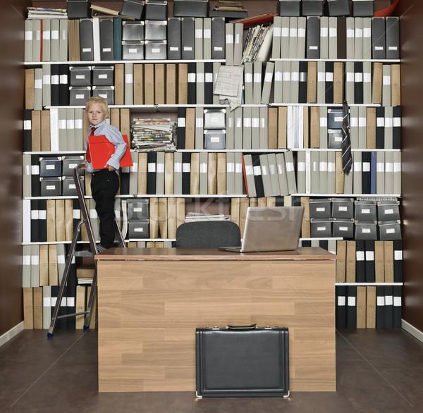 Genç işadamı ayakta adım merdiven ofis Stok fotoğraf © gemenacom