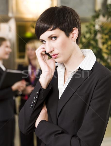 Kobieta interesu telefonu działalności komputera kobiet zespołu Zdjęcia stock © gemenacom