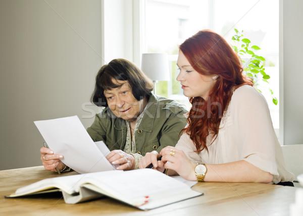 Mana de ajutor ajutor bunică femei copil Imagine de stoc © gemenacom