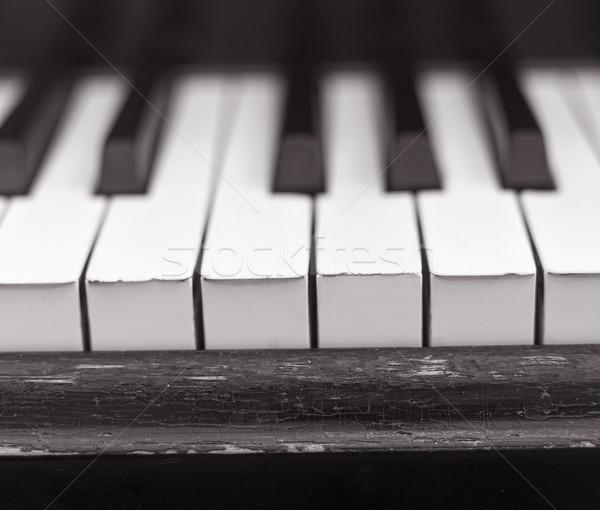 Zongora közelkép elnyűtt zongora billentyűk fa absztrakt Stock fotó © gemenacom