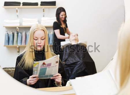 Fiatal lány szépségszalon vár szék olvas tinédzser Stock fotó © gemenacom