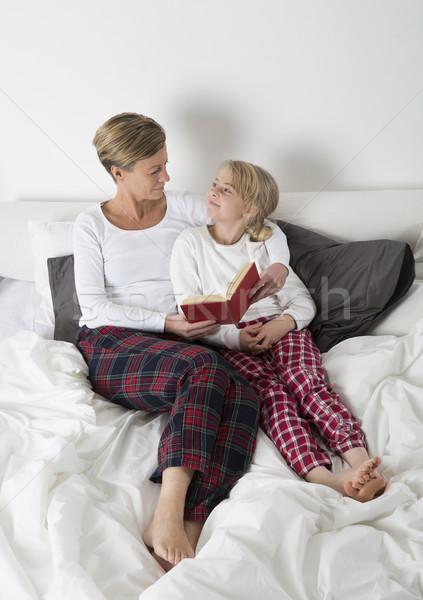 Anya lánygyermek olvas könyv ágy gyermek Stock fotó © gemenacom