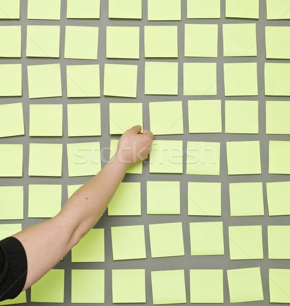 Hand zelfklevend merkt menselijke nota Stockfoto © gemenacom