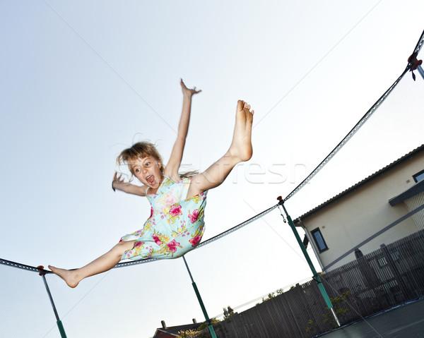 Jong meisje springen springen trampoline meisje zomer Stockfoto © gemenacom