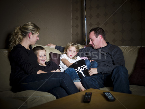 Familie tv televisie sofa moeder woonkamer Stockfoto © gemenacom