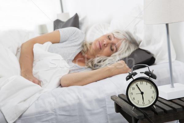 Uyku kadın çalar saat saat güzellik yatak Stok fotoğraf © gemenacom