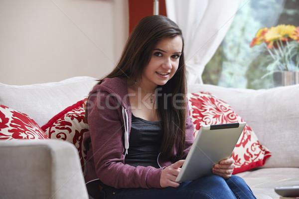 Adolescente séance maison sourire portable Photo stock © gemphoto