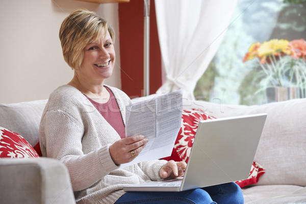 Femme maison bancaires regarder heureux séance Photo stock © gemphoto