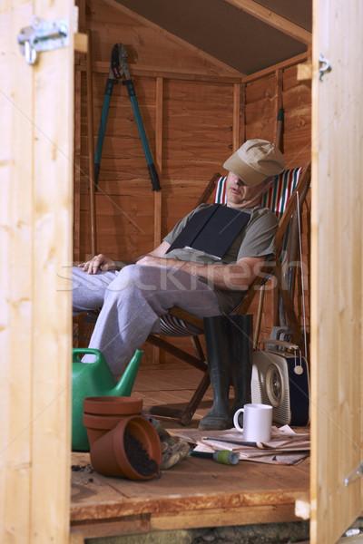 Homme séance chaise longue relevant lecture Photo stock © gemphoto