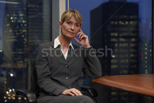 Business woman posiedzenia tabeli sali konferencyjnej patrząc kamery Zdjęcia stock © gemphoto