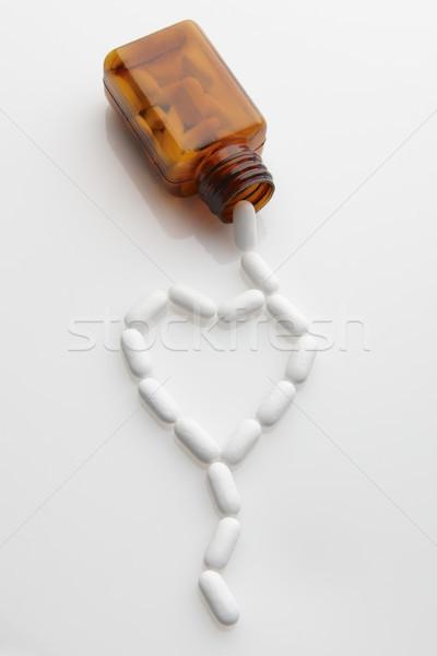 Pilules sur bouteille forme coeur santé Photo stock © gemphoto
