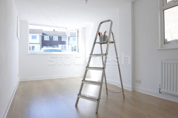 échelle peinture pot permanent salle vide mur Photo stock © gemphoto