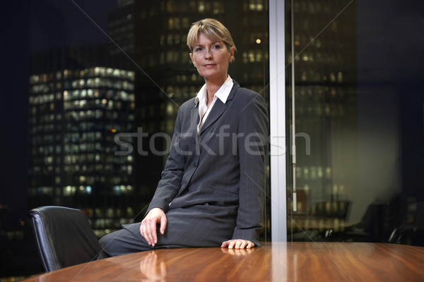 Femme d'affaires séance table boardroom regarder caméra Photo stock © gemphoto