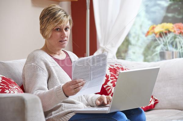 Anxieux femme portable séance maison regarder Photo stock © gemphoto