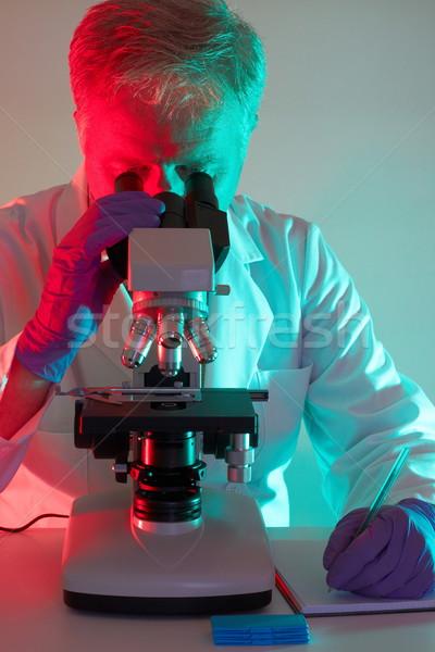 человека медицинской профессиональных ученого глядя микроскоп Сток-фото © georgemuresan