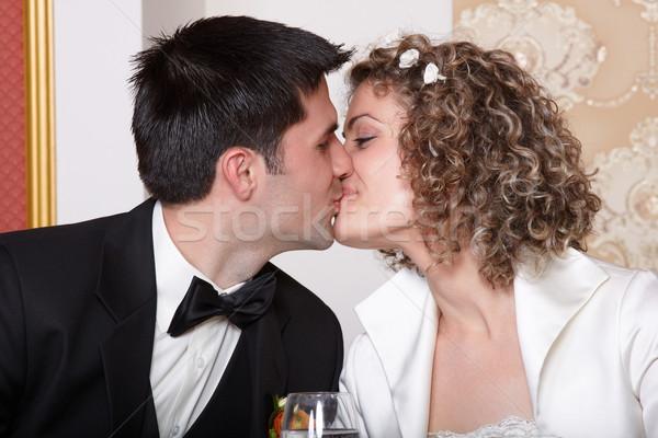 Noiva noivo beijo beijando casamento tabela Foto stock © georgemuresan