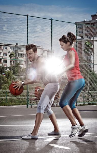 Jugando tiempo joven mujer baloncesto Zona de juegos Foto stock © georgemuresan