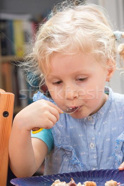 Dziewczynka jedzenie deser cute tablicy widelec Zdjęcia stock © georgemuresan