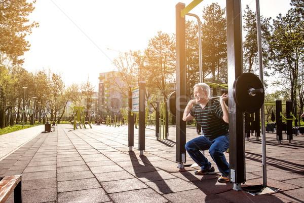 Pesos ao ar livre ginásio idoso homem Foto stock © georgemuresan