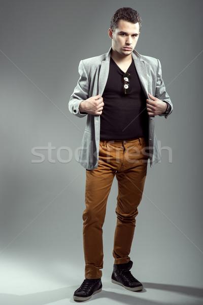 Yakışıklı genç moda fotoğrafçılık adam arka plan Stok fotoğraf © Geribody