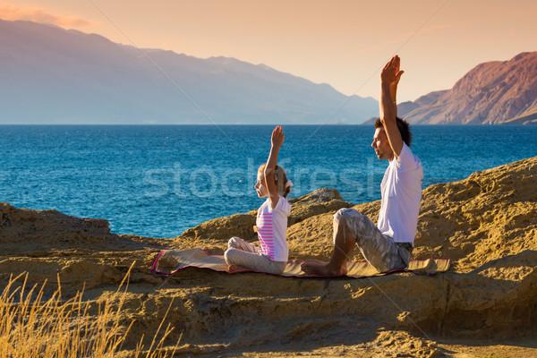 Baba kız yoga egzersiz plaj anne Stok fotoğraf © Geribody