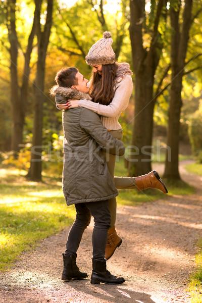 Sevmek adam yukarı kadın gökyüzü kız Stok fotoğraf © Geribody