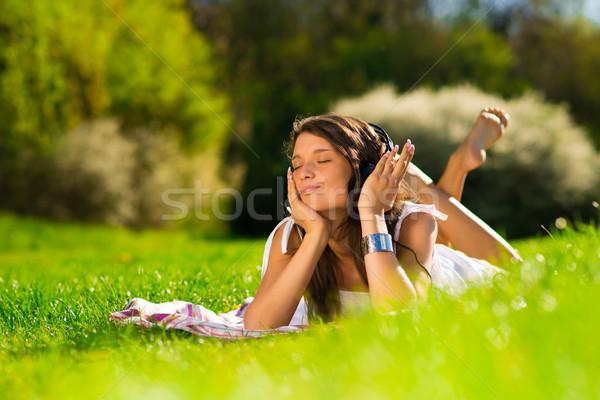 Güzel genç kadın kulaklık açık havada tadını çıkarmak müzik Stok fotoğraf © Geribody