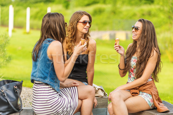 Trois belle femme manger crème glacée ville Photo stock © Geribody