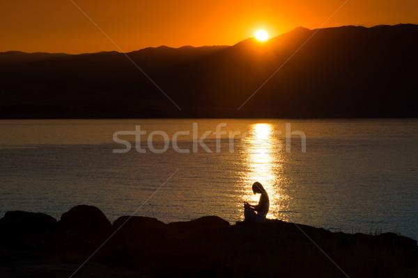 Foto stock: Silueta · mujer · yoga · playa · puesta · de · sol · cielo