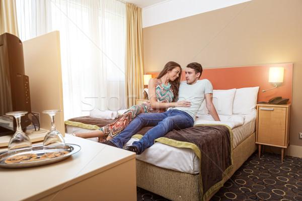 Młodych pary przylot hotel posiedzenia bed Zdjęcia stock © Geribody