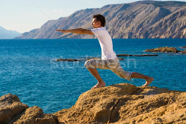 Yakışıklı adam yoga pozisyon plaj gökyüzü uygunluk Stok fotoğraf © Geribody