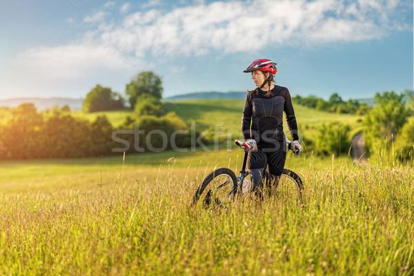 Foto stock: Esportes · bicicleta · mulher · relaxante · prado · belo