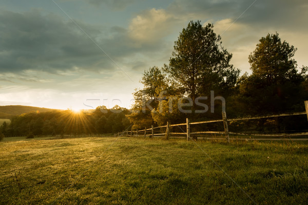 Güzel gündoğumu çiftlik gökyüzü ev ağaç Stok fotoğraf © Geribody