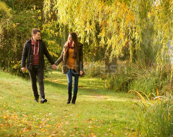 Stock fotó: Férfi · nő · kéz · a · kézben · sétál · ősz · park