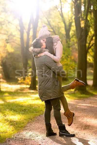 öpücük sonbahar park gökyüzü kız bulutlar Stok fotoğraf © Geribody